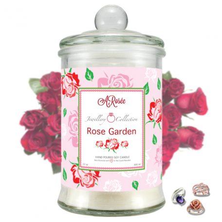 """Vonná svíčka ARosée Jewellery Collection """"Rose Garden"""" s vůní červené růže je vyrobena z 100% přírodního sójového vosku."""